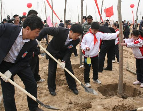 对于引导广大青少年学习雷锋,奉献社会,关爱自然,以植树造林的实际
