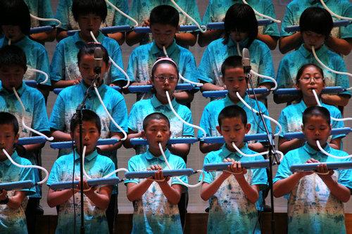 的帷幕.《我的未来不是梦》《感恩的心》、口风琴演奏等,一
