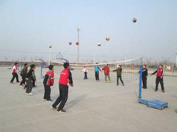 排球侧面下手发球》课例展示,李老师围绕着《师生互动 让有效